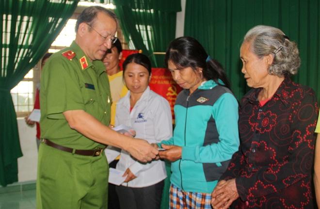 Nghĩa cử những nhà giáo công an với  người dân Khánh Hòa, Phú Yên, Quảng Nam