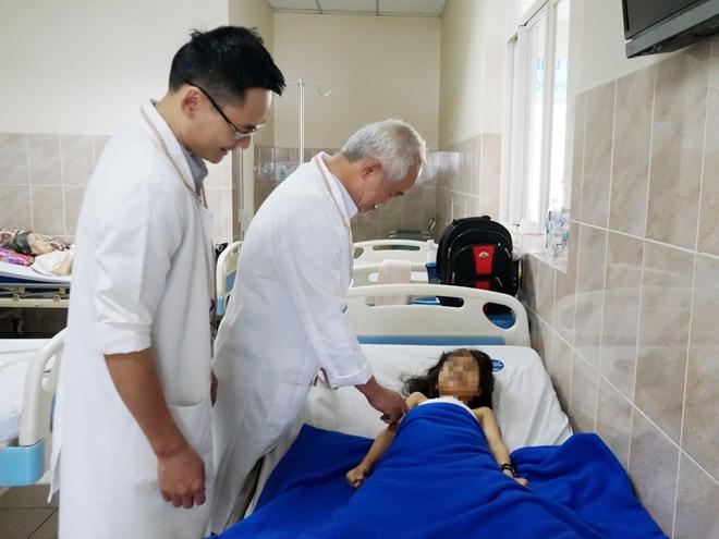 Bác sĩ thăm khám cho bé T.T sau phẫu thuật.