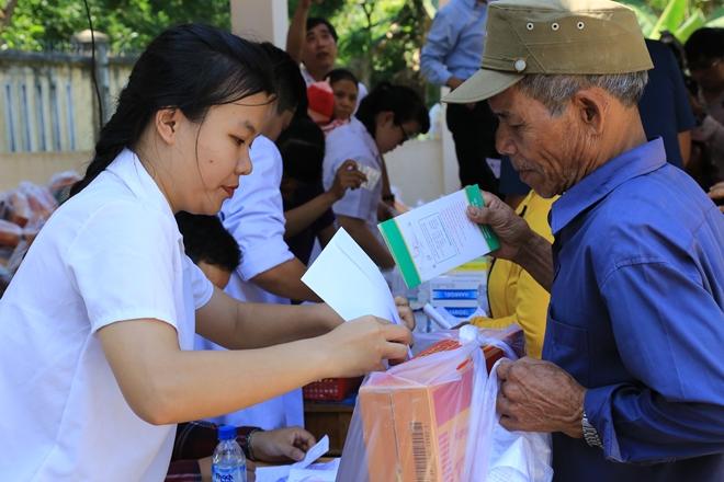 Phát thuốc, tặng quà cho bà con tại 2 xã khó khăn nhất thuộc tỉnh Quảng Ngãi