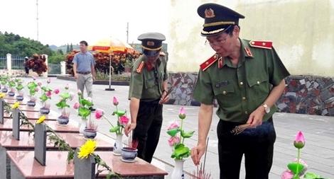 Báo Công an nhân dân viếng nghĩa trang liệt sĩ Kbang