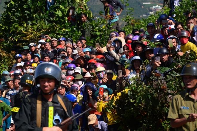 Hàng nghìn người bỏ hái cà phê đi xem dựng lại hiện trường vụ giết người - Ảnh 5.