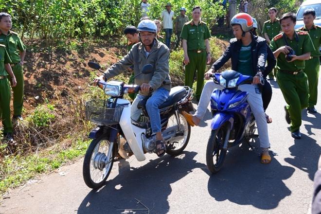 Lê Sỹ Quốc Thái Anh cùng bạn gái dựng lại cảnh dùng chân đạp xe nạn nhân