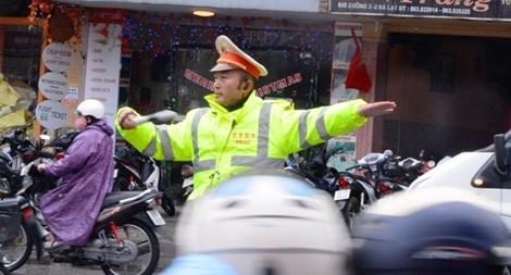 CSGT Đà Lạt dầm mưa gió rét phục vụ lễ hội