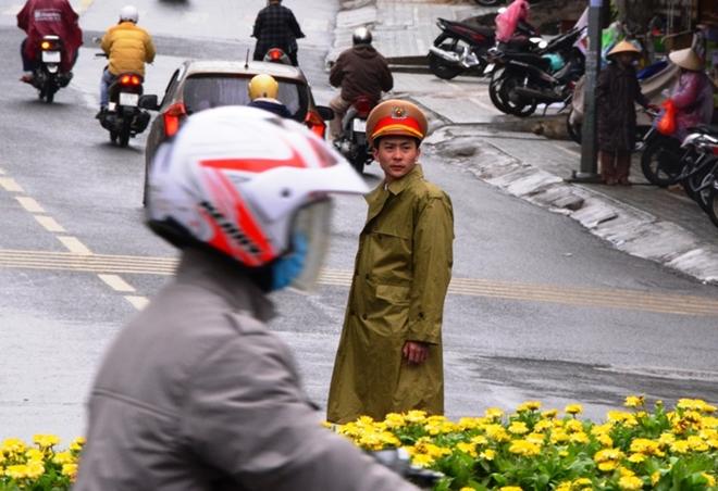 CSGT Đà Lạt dầm mưa gió rét phục vụ lễ hội - Ảnh minh hoạ 4