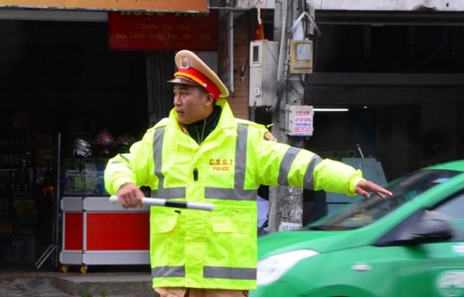 CSGT Đà Lạt dầm mưa gió rét phục vụ lễ hội - Ảnh minh hoạ 2