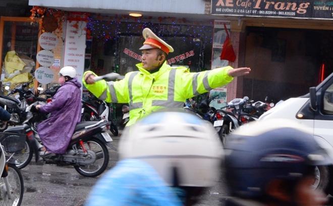CSGT Đà Lạt dầm mưa gió rét phục vụ lễ hội - Ảnh minh hoạ 3