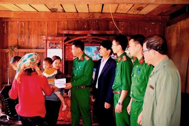 Công an Lâm Đồng hỗ trợ hai nạn nhân của tội phạm mua bán người