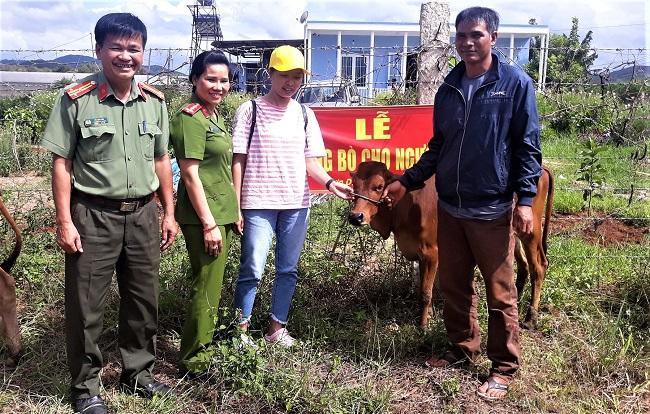 Công an huyện Đơn Dương trao bò cho hộ nghèo