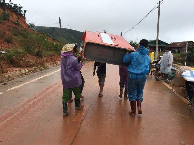 Phó trưởng Công an huyện kéo đất giúp dân khắc phục hậu quả lũ lụt - Ảnh minh hoạ 4