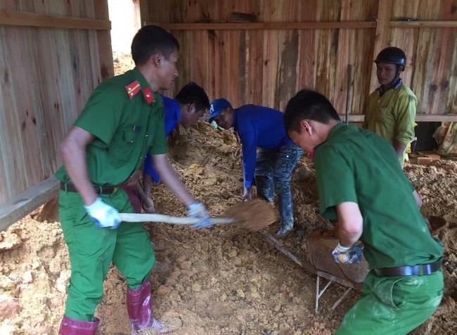 Phó trưởng Công an huyện kéo đất giúp dân khắc phục hậu quả lũ lụt - Ảnh minh hoạ 10