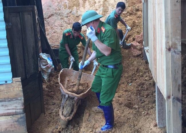 Phó trưởng Công an huyện kéo đất giúp dân khắc phục hậu quả lũ lụt - Ảnh minh hoạ 8