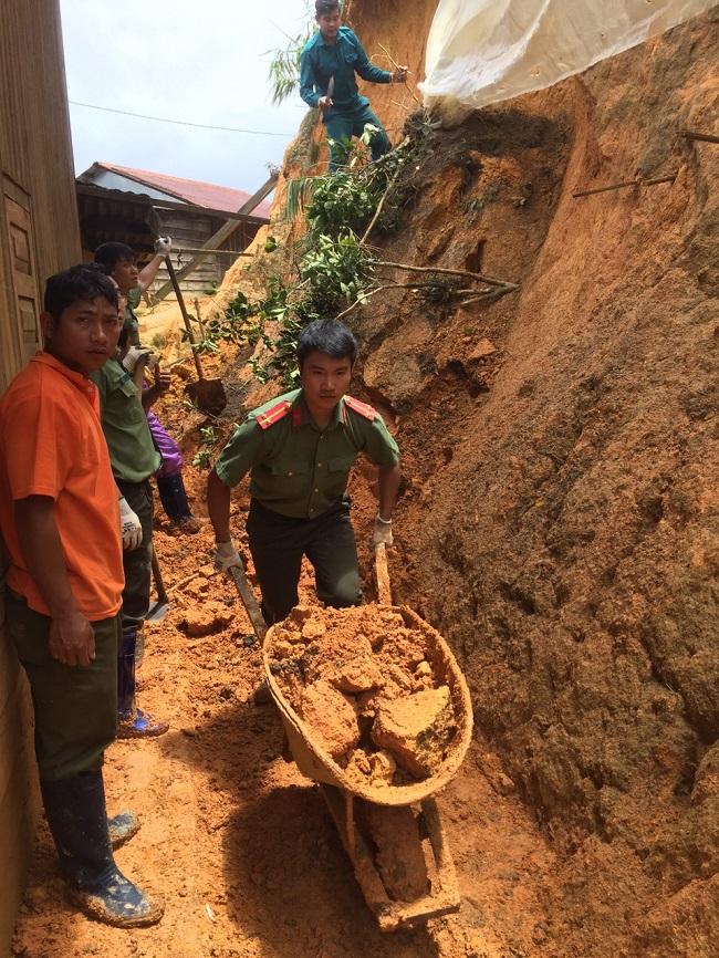 Phó trưởng Công an huyện kéo đất giúp dân khắc phục hậu quả lũ lụt - Ảnh minh hoạ 7