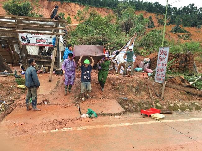 Phó trưởng Công an huyện kéo đất giúp dân khắc phục hậu quả lũ lụt - Ảnh minh hoạ 5