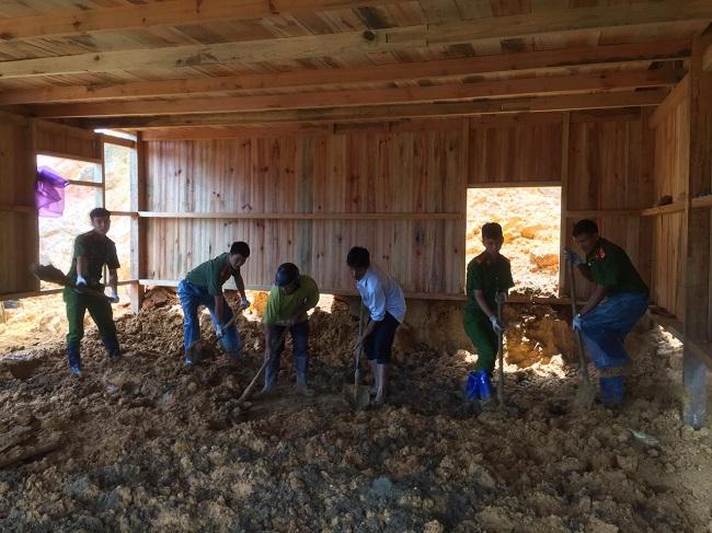 Phó trưởng Công an huyện kéo đất giúp dân khắc phục hậu quả lũ lụt - Ảnh minh hoạ 9