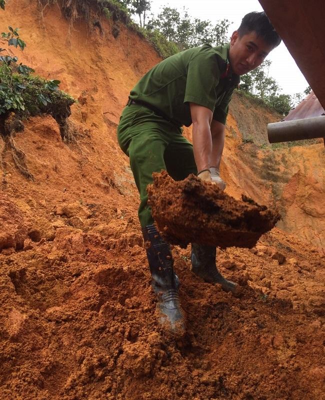 Phó trưởng Công an huyện kéo đất giúp dân khắc phục hậu quả lũ lụt - Ảnh minh hoạ 3