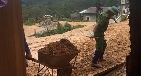 Phó trưởng Công an huyện kéo đất giúp dân khắc phục hậu quả lũ lụt