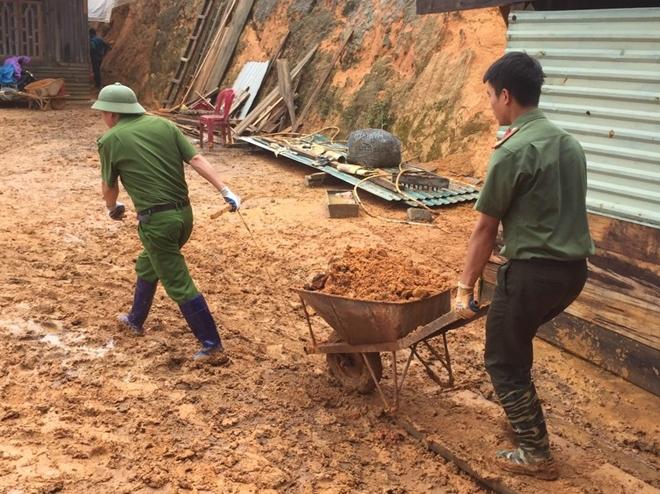 Phó trưởng Công an huyện kéo đất giúp dân khắc phục hậu quả lũ lụt - Ảnh minh hoạ 6