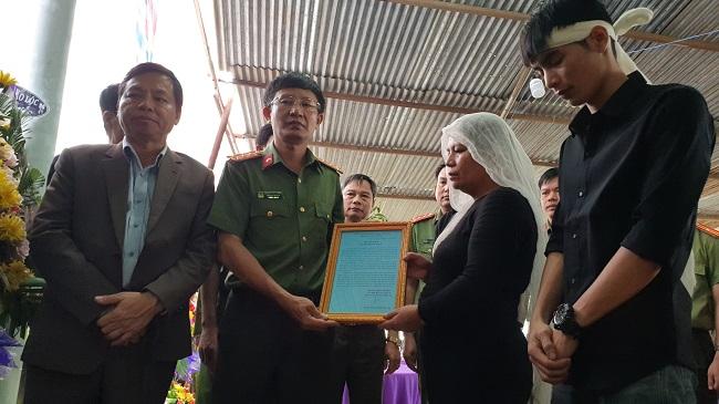Lãnh đạo Bộ Công an tới chia buồn cùng gia đình Công an viên hi sinh - Ảnh minh hoạ 2