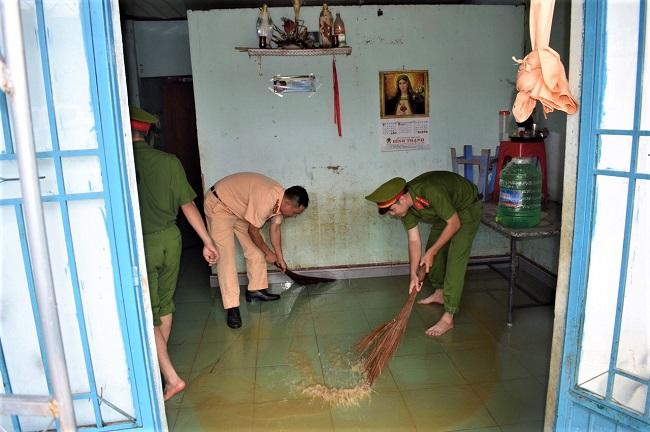 Công an Lâm Đồng chung tay giúp đỡ bà con vùng tâm lũ - Ảnh minh hoạ 5