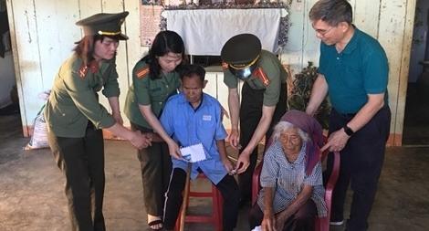 Công an Lâm Đồng tặng giếng nước, quà Tết cho người nghèo