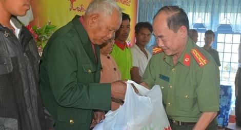 Quà Tết đến với người nghèo xã biên giới Sa Loong