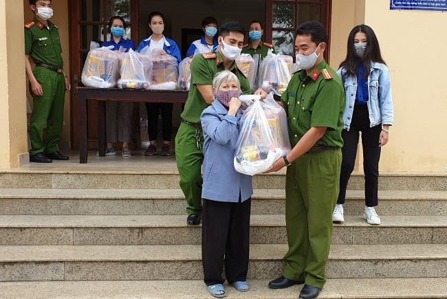 Công an phường góp tiền mua quà tặng người nghèo ở Đà Lạt