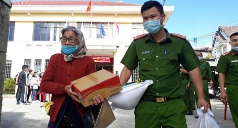 Công an phường góp tiền và vận động mua hàng trăm phần quà giúp dân