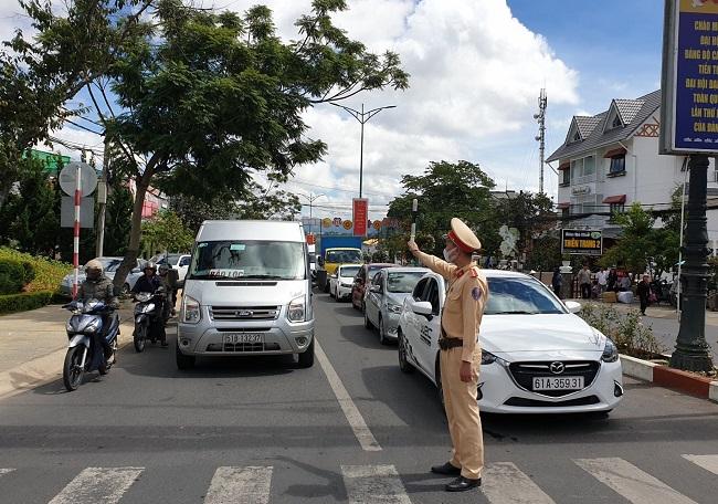 CSGT Đà Lạt kịp thời phân luồng, điều tiết giao thông mùa du lịch - Ảnh minh hoạ 2