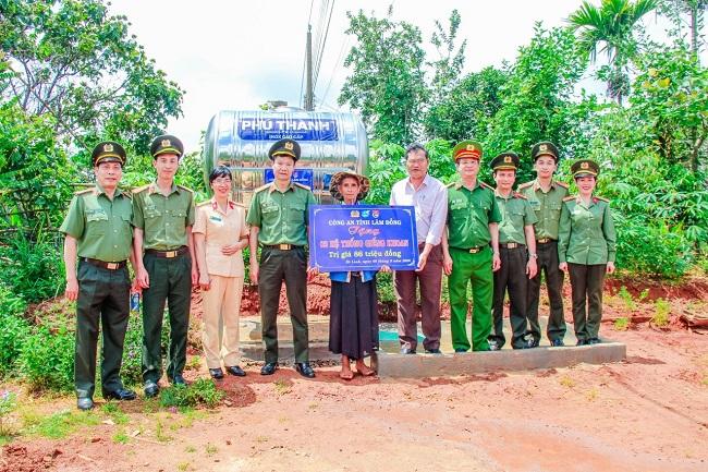 Công an Lâm Đồng tặng nhà, giếng khoan cho người dân xã anh hùng - Ảnh minh hoạ 2