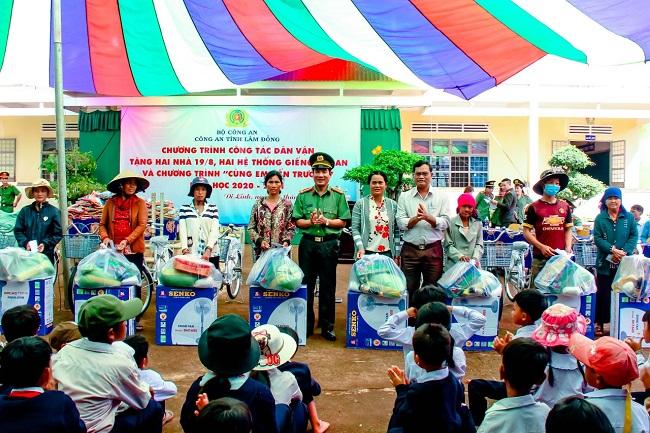 Công an Lâm Đồng tặng nhà, giếng khoan cho người dân xã anh hùng