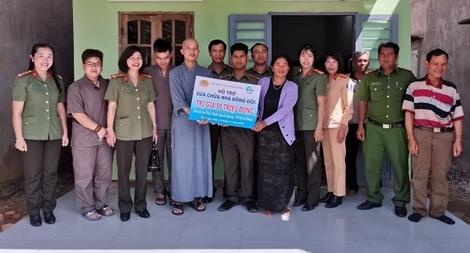 Hội Phụ nữ Công an tỉnh Lâm Đồng sửa chữa nhà cho đồng đội
