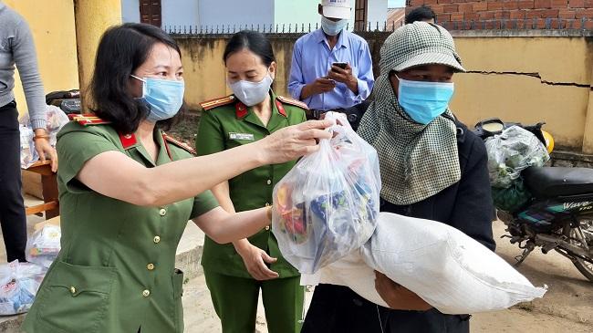 Trao gạo của Phó Thủ tướng Trương Hòa Bình tặng đồng bào nghèo - Ảnh minh hoạ 2