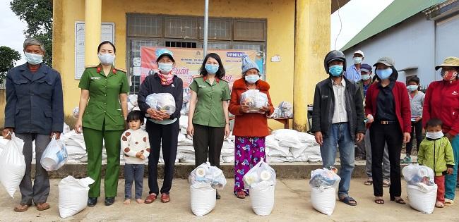 Trao gạo của Phó Thủ tướng Trương Hòa Bình tặng đồng bào nghèo