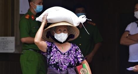 Công an phường trao 200 phần quà giúp người dân bị ảnh hưởng bởi COVID-19