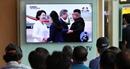 """Người Hàn Quốc """"nấc nghẹn"""" khi ông Kim đón ông Moon tận chân máy bay"""