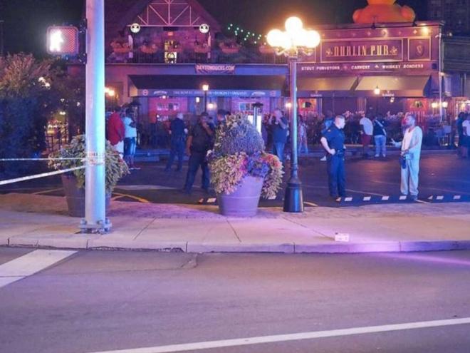 Hiện trường vụ xả súng đã bị phong toả. Một nghi phạm bị tiêu diệt và cảnh sát đang truy tìm nghi phạm còn lại. Ảnh: WKEF.