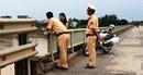 Cảnh sát giao thông cứu một phụ nữ định nhảy cầu tự vẫn