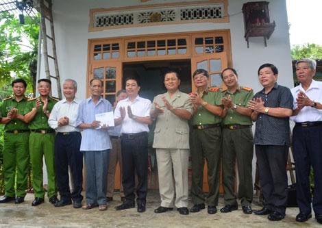 Trao 120 triệu đồng cho cựu Cán bộ Ban An ninh Quảng Đà