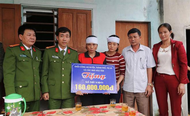 Trao tặng sổ tiết kiệm trị giá 160 triệu đồng cho thân nhân đồng chí Thiếu úy Nguyễn Bá Cường
