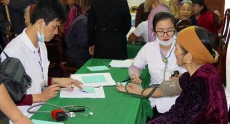 Tặng 100 suất quà cho các gia đình nghèo ở Hải Phòng