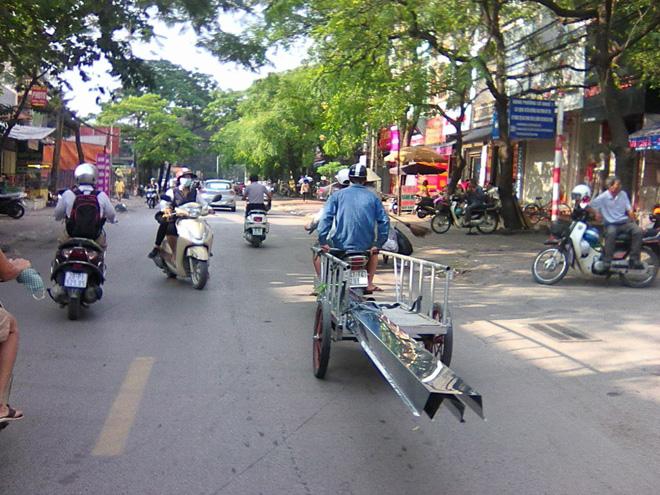 Ha Noi - Xu ly xe cong kenh, dung chi nhin be noi!