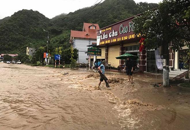 Lũ chia cắt quốc lộ 6, ách tắc đường lên Sơn La