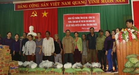 Công an huyện Lộc Ninh tặng quà cho đồng bào nghèo nơi biên giới
