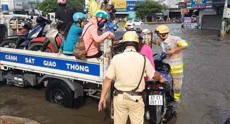 TP HCM: Cảnh sát giao thông giúp dân tại các điểm ngập lụt