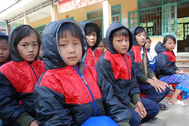 Tặng sách vở và quần áo ấm cho học sinh dân tộc La Hủ ở Mường Tè - Ảnh minh hoạ 6