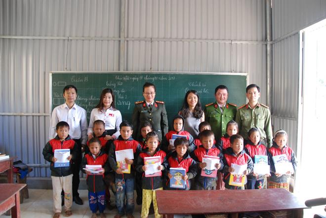 Tặng sách vở và quần áo ấm cho học sinh dân tộc La Hủ ở Mường Tè - Ảnh minh hoạ 7