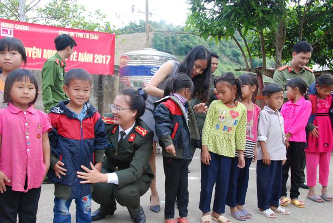 Tặng sách vở và quần áo ấm cho học sinh dân tộc La Hủ ở Mường Tè - Ảnh minh hoạ 3