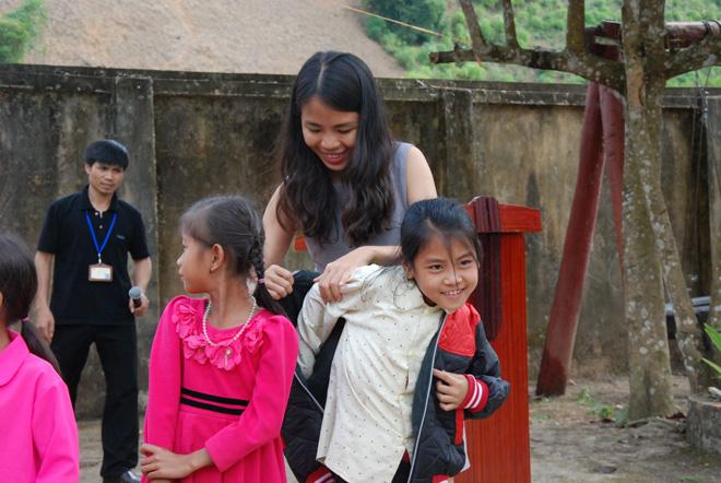 Tặng sách vở và quần áo ấm cho học sinh dân tộc La Hủ ở Mường Tè - Ảnh minh hoạ 2