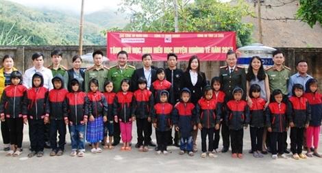 Tặng sách vở và quần áo ấm cho học sinh dân tộc La Hủ ở Mường Tè