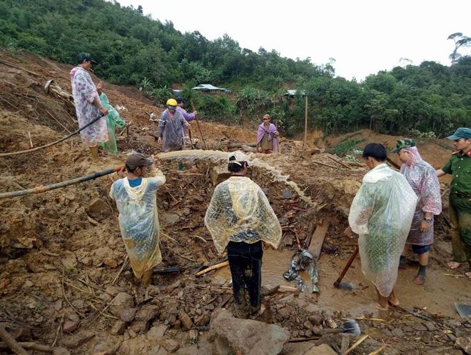 Công an xung kích ứng phó sạt lở núi cứu người bị nạn